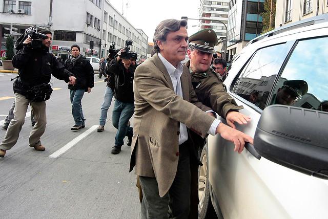 Ahora le tocó a Longueira: manifestantes le lanzaron huevos en Concepción