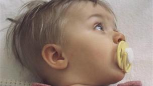 El hábito de limpiar el chupete con la boca puede disminuir el riesgo de alergias.