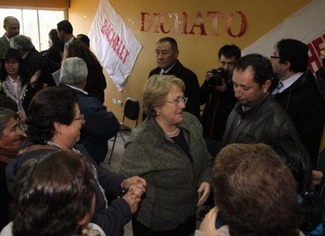 En encuentro privado Bachelet pide a vecinos de Dichato respaldar a candidatos parlamentarios de la oposición