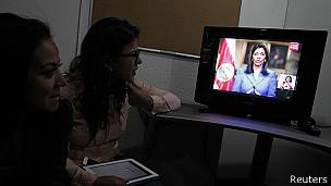 En mensaje televisado, la presidenta anunció este jueves en la noche la renuncia del jefe de seguridad y de su asistente personal.