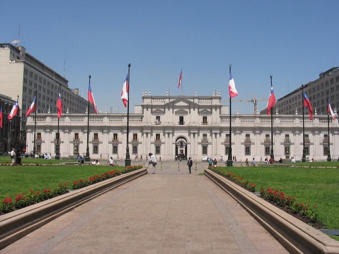 Funcionarios de La Moneda exigen a ministro Larraín un 8,8% de reajuste salarial