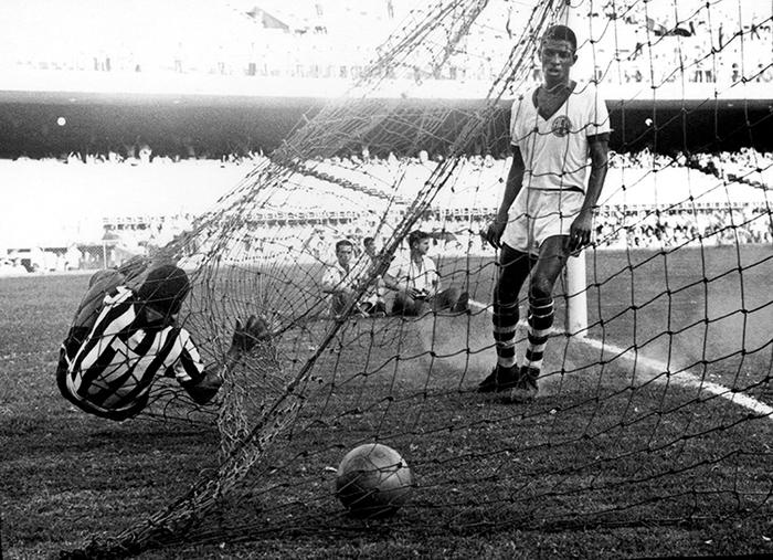 """Manuel Francisco dos Santos """"Garrincha"""", en la red del arco, tras anotar un gol durante el partido contra América en el Maracaná (década 1960)"""""""