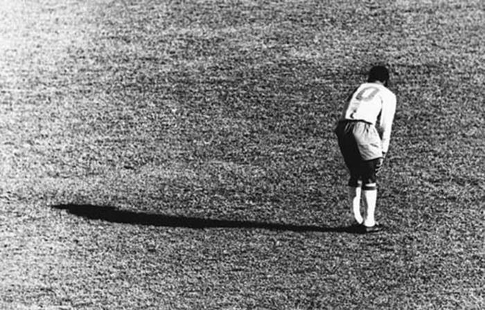 """Pelé sufre gran lesión durante encuentro entre Brasil y Checoslovaquia en la Copa del Mundo Chile 1962, lo que lo alejará de todo el certamen. Alberto Ferreira obtuvo Premio Esso de Periodismo, gracias a esta imagen"""""""