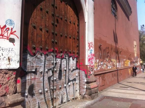 Polémica por fallo de la Corte Suprema que obliga al Municipio de Santiago pintar iglesia San Francisco