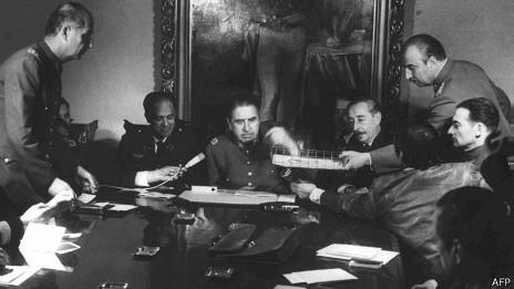 Pinochet con sus militares, días después del golpe de Estado.
