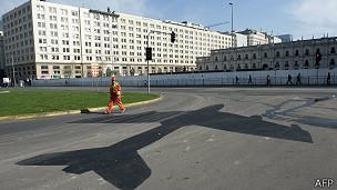 La sombra de un Hawker Hunter pintada cerca de La Moneda recuerda los eventos de ese martes de 1973.