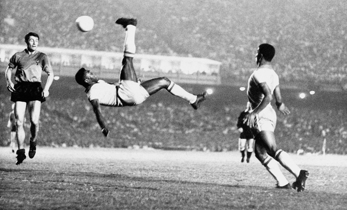 """""""La """"chilena"""" de Pelé, durante el encuentro de Brasil y Bélgica en el Estadio Maracaná (1965)"""""""