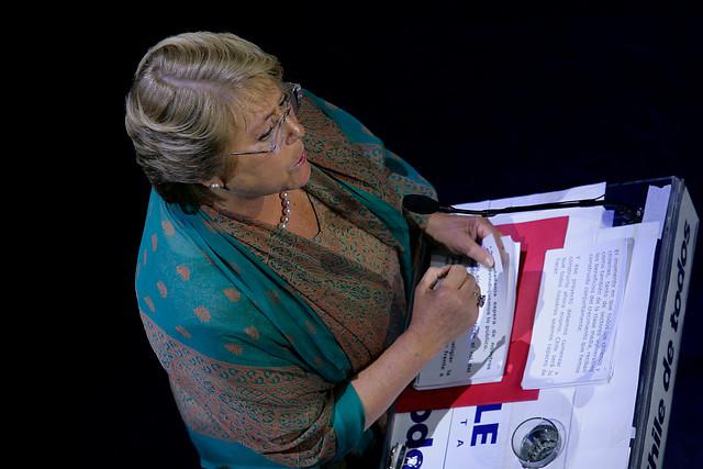 Bachelet mantiene ambigüedad táctica en su programa a la espera de correlación de fuerzas en el Congreso