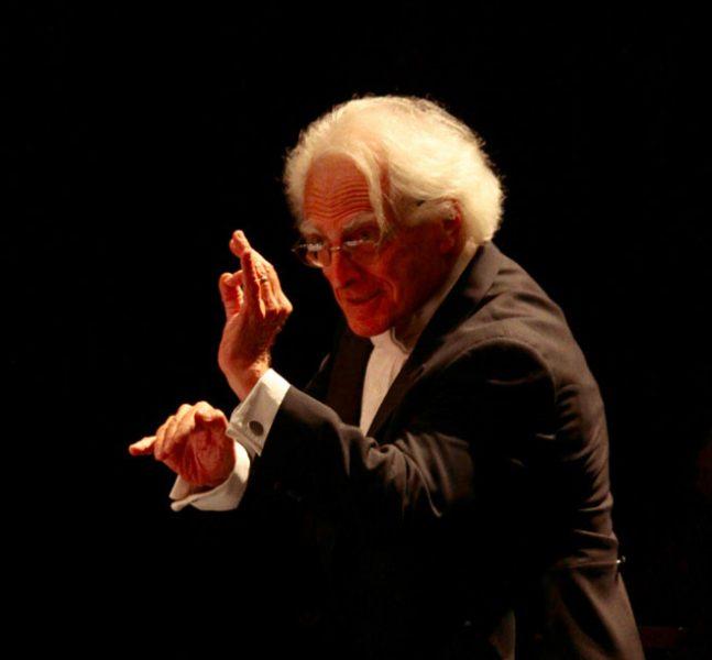 El maestro Juan Pablo Izquierdo se presenta este sábado junto a la Orquesta de Cámara de Chile