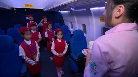 """China """"alienta"""" a las niñas a ser azafatas."""
