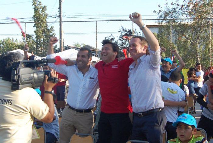 Fútbol y política: Golborne verá partido ante Ecuador con vecinos de El Bosque