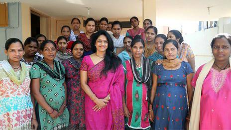 La doctora Patel dirige la clínica de fertilización in vitro.