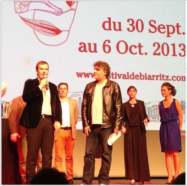 Director Mateo Iribarren recibiendo el premio