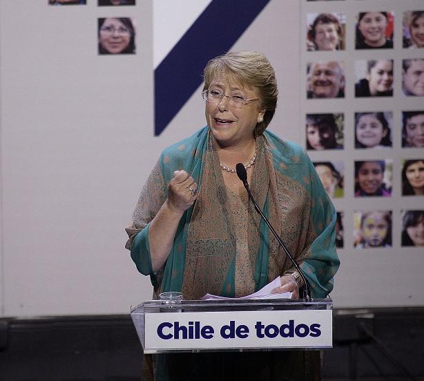 Programa de Bachelet mantiene indefinición por matrimonio igualitario y le hace guiño al PC por negociación colectiva