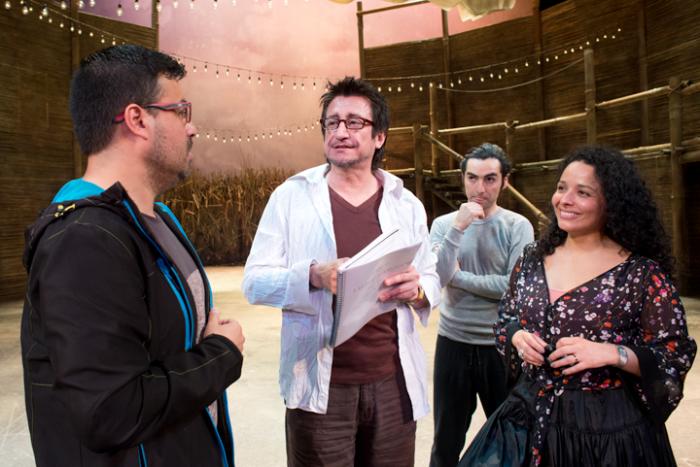 Rodrigo Navarrete, al centro, con parte del parte del elenco de Elixir del amor Foto: Javier Liaño