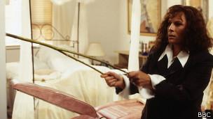 Edwina de la comedia Absolutamente Fabuloso recurre a la radiestesia para encontrar un traje en su armario.