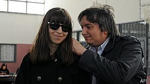 Florencia y Máximo Kirchner, hijos de la presidenta Cristina Fernández, votaron en la provincia de Santa Cruz.