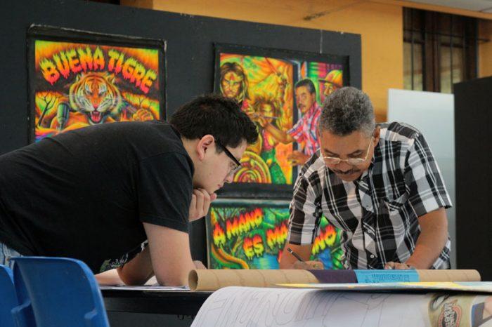 William Gutierrez en taller on alumnos de Diseño de la Universidad de Chile Foto: Gentileza Popular de Lujo