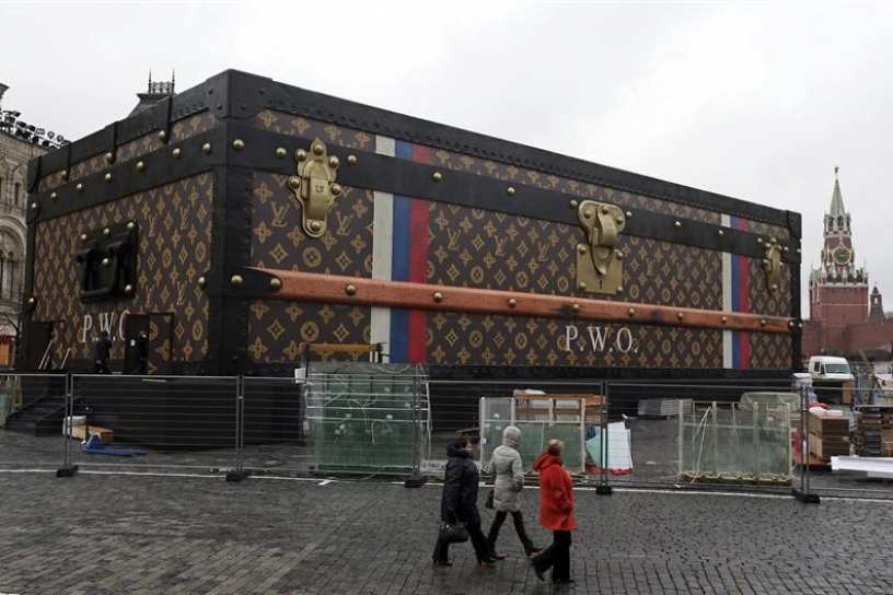 Un gigantesco baúl de Louis Vuitton en la Plaza Roja