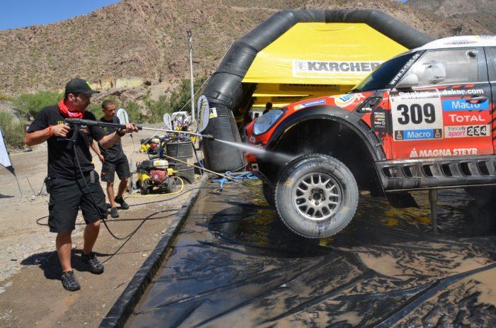 El lavado de autos 2.0 que hizo relucir los vehículos del Dakar con la cuota mínima de agua