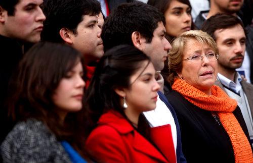 Bachelet marca autoridad y desafía al movimiento estudiantil pero deja abierta la puerta a salida honrosa de Peirano