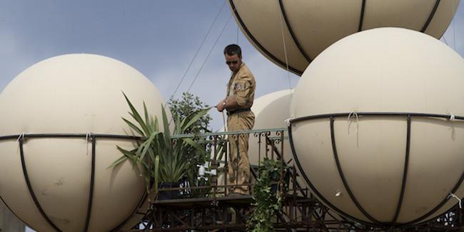 Máquina voladora con científicos naturalistas aterrizó en la Plaza la Constitución