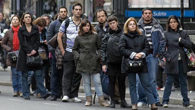 Si se pone en una fila, seguro la de al lado va más rápido