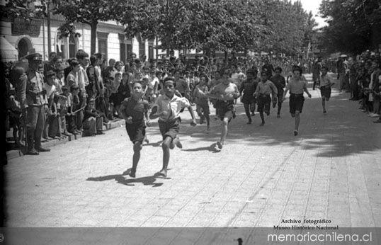 Celebración del día del Roto Chileno en Palza Yungay, 1944 Foto: Memoria Chilena