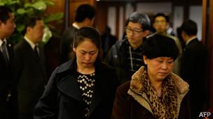 Los familiares de los pasajeros llevan días escuchando noticias diversas.