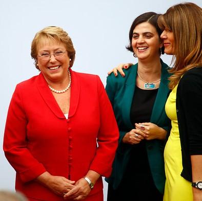 Bachelet firma proyecto que crea Ministerio de la Mujer