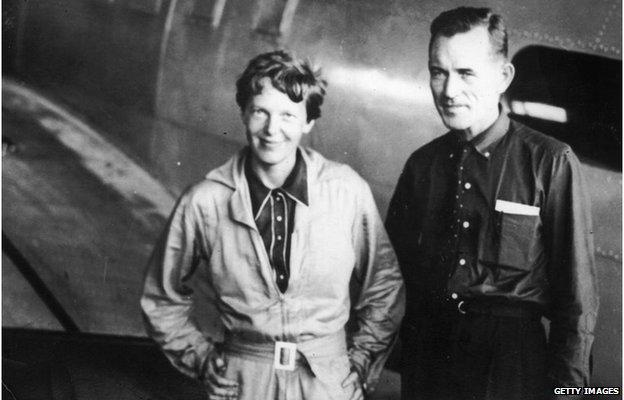 Amelia Earhart y su navegador en un aeródromo de Brazil durante su vuelo alrededor del mundo.