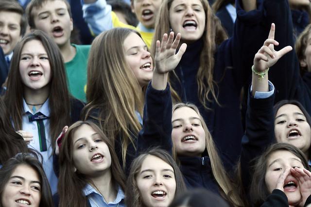 Apoderados y alumnos realizan manifestacion en Colegio Apoquindo y acusan fraude en venta del establecimiento