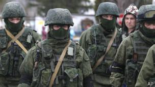 Soldados rusos tienen un control de facto en Crimea.