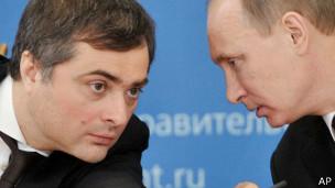 Surkov (izq.) recibió con sarcasmo y desdén las sanciones de EE.UU.
