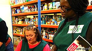 La otra cara de la moneda, según Oxfam. Cada vez más personas recurren a bancos de comida.