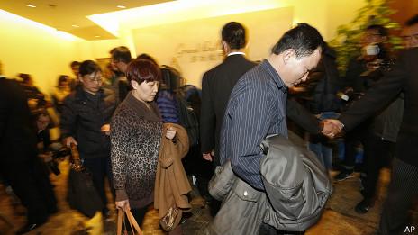 Las autoridades no tienen una explicación que ofrecer a familiares y amigos de pasajeros y tripulación.