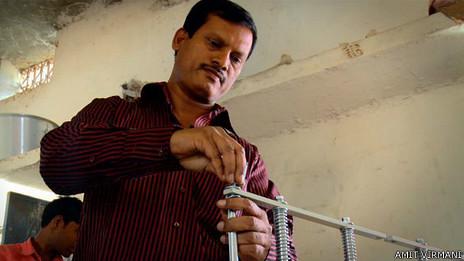 Arunachalam Muruganantham no pudo terminar el colegio pues el dinero no alcanzaba.