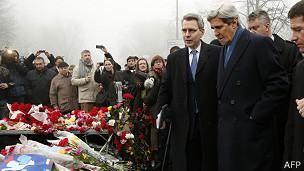 El secretario de Estado de EE.UU., John Kerry, visitó este martes el centro de Kiev.