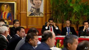 A la mesa se sentaron el gobierno y varios miembros de la oposición, entre ellos Henrique Capriles.