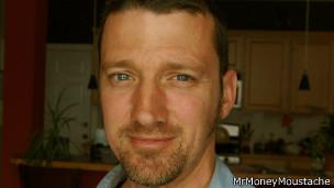 Pete tiene una página web, Mr Money Moustache, en que da consejos sobre cómo ahorrar.