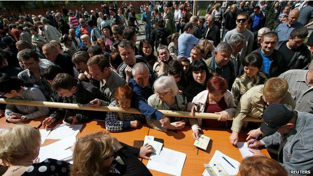 En numerosos lugares se formaron largas filas.