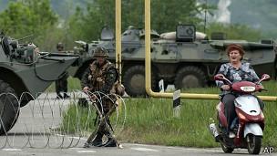 El ejército ucraniano montó puntos de control alrededor de Luhansk y otras ciudades del este.