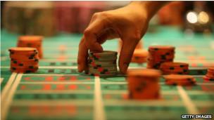 Cómo funciona el conteo de cartas: En el Blackjack, o 21 , las cartas altas juegan a favor del jugador, las bajas a favor del casino. Un contador de cartas lleva un recuento actualizado en su cabeza, añadiendo 1 para bajas y restando 1 para las altas. Cuando el cómputo aumenta (es decir, quedan más cartas altas que bajas en la baraja) saben que es hora de empezar aumentar sus apuestas. Los contadores de cartas no ganan siempre y a menudo pierden mucho dinero, pero estadísticamente las probabilidades en el tiempo están a su favor. El conteo debe ser secreto porque, si bien no es ilegal, a los casinos no les gusta y se reservan el derecho de admisión. El conteo fue investigado en 1950 por un profesor de matemáticas del MIT, Edward Thorp, con algunos computadores pioneros. En 1962 se publicó un libro sobre el tema llamado Beat the Dealer que cambió para siempre la forma en que la opinión pública vio el Blackjack.
