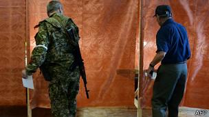 En numerosos centros votaron uniformados armados.