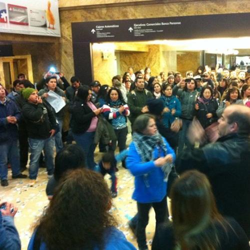 Roxana Miranda realiza manifestación en oficinas de BancoEstado