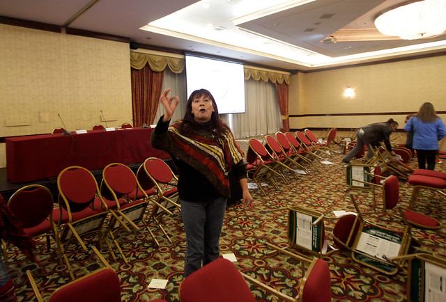 Roxana Miranda encabeza manifestación que irrumpe en seminario del Poder Judicial y Banco Mundial