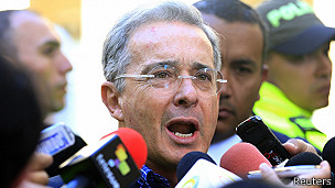 Durante su discurso de este domingo, Zuluaga agradeció el apoyo de Uribe.