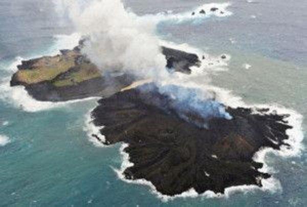 Isla japonesa multiplica por cinco su tamaño por erupción volcánica