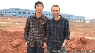 Junchang Lu y Steve Brusatte, en el lugar donde descubrieron al tiranosaurio Pinocho.
