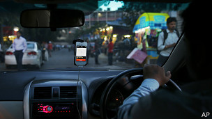 """Testimonios de nuestros lectores:  Estas fueron las experiencias que la audiencia de BBC Mundo compartió a través de Facebook y Twitter: -Matías Godoy Campbell, Santiago de Chile: """"El pago a través de tarjeta de crédito es ideal. Los vehículos son muy cómodos y de suave andar, muchísimo mejores que los taxis tradicionales. Los conductores son muy amables en todo momento. Lo que podría mejorar son los tiempos de espera"""". -Juan Felipe Vargas, Bogotá: """"La policía está muy pendiente de los carros de Uber, cuando deberían estar es más preocupados por la seguridad de la gente que toma taxis en la calle porque son más inseguros y cobran tarifas que no son"""". -Laura Espinoza, Panamá: """"Acá no hay cultura de servicio a pesar de ser una ciudad tan turística. No existe el respeto y con los taxis de la calle debes armarte de paciencia y mucha valentía. Los de Uber también son panameños, pero cumplen con su trabajo y no andan peleando con los pasajeros. Cuesta caro, pero uno termina haciendo el sacrificio"""". -Ále Cepeda, Bogotá: """"Es un buen servicio, la atención es excelente, desde la presentación de los conductores, hasta su comportamiento durante el recorrido"""". -Eli Salamanca, Ciudad de México: """"Es un servicio excelente con buenos precios. Me brinda seguridad a la hora de usar taxis"""". -Valeria Serrano, Bogotá: """"Ha sido la mejor experiencia. Excelente servicio, atención, disponibilidad, sobre todo en temas de seguridad en una ciudad en la que tomar un taxi sola implica el sentimiento más alto de inseguridad y preocupación. Además los taxistas ahora solo quieren hacer las carreras que les convienen"""". -Harold Ortiz, Bogotá: """"Yo lo utilizo con frecuencia debido a su seguridad, atención, pulcritud del conductor y el hecho de que el pago se haga directo a la tarjeta de crédito"""". -@qosqoholic, Lima: """"Bastante práctico el app y el servicio es el mejor de la ciudad. Uno viaja cómodo, seguro y tranquilo"""". -@richelieu362, Bogotá: """"Puedo hacer que recojan a mi familia en cualquier lugar con """